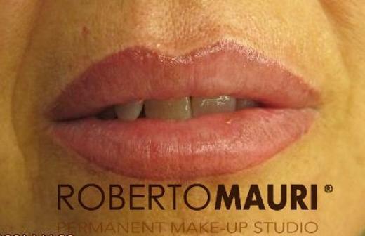 Definizione contorno e sfumatura labbra col trucco semipermanente